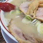 中華そば 高安 - スープとチャーシュー