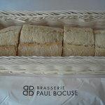 """5245485 - 小振りな""""お一人様""""フランスパン。これで皮はパリッとして中はモチッとしてます"""