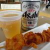 明治神宮文化館 軽食コーナー - 料理写真:缶ビール(400円)と唐揚げ(350円)