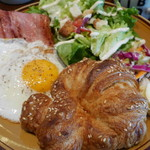 ザ シティ ベーカリー バー アンド バーガー ルービン - 料理写真:CB Breakfast。プレッツェル・クロワッサン、目玉焼き2つ、ベーコン、サラダ。1,200円。