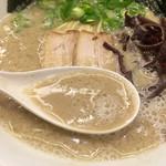 52491540 - 201605 スープは普通の店舗の「白丸元味」と比べて濃度が高くどろりとした粘度