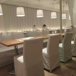 24/7 cafe apartment  - 無垢の木材とガラスを使用し白を基調に造られた店内はとてもお洒落な造りになってて女性客に大人気、オジサンはかなりアウエィな気分でした。