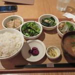 24/7 cafe apartment  - 暫くすると注文したデリごはん1180円が出来あがってテーブルに運ばれてきました。
