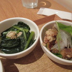24/7 cafe apartment  - 残りの2つは青菜と豚肉の温かいお浸し、そして鶏のスパイシー黒胡椒揚げです。   小鉢は150円追加すればもう一皿追加できましたが4つで充分な量でしたよ。