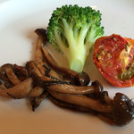 carbonara Aggi - ちょこっと前菜。キノコのバルサミコソテー、ブロッコリー、ドライトマト。