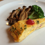 carbonara Aggi - ちょこっと前菜。キノコのバルサミコソテー、ブロッコリー、フリッタータ。