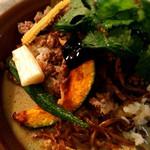 ナカナカ - ココナッツカレー。サクサクホクホクジューシーな揚げて野菜がルーとご飯を引き立てます。