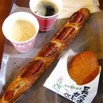 石窯パン工房 アヴァンセ - 「ロングソーセージ」350円、コーヒー無料サービス