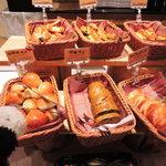 グルメバイキング オリンピア - 食べたいものが多くて店内をうろうろするボキら。  ちびつぬ「パンがいっぱいよ~」