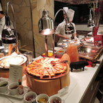 グルメバイキング オリンピア - 広い店内には和食・洋食・中華・デザートとメニューが豊富。 こちらの目玉は、目の前でシェフが調理してくれる出来たてのお料理だよ。
