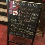 BAR MINO - メニュー写真:ビルのエントランスにメニュー看板