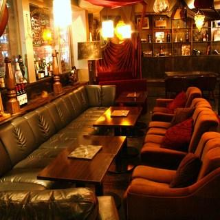 ソファでゆったりくつろげるカフェ&バー