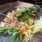 泰元食堂 - 定食にはサラダが勿論セットになってます、自慢の美味しいドレッシングがかけられた美味しいサラダ。   先ずはサラダを口に運びました。