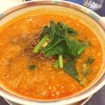 52598835 - 擔擔麺、やや酸味が勝つ調味だが湯に浮かぶ各種醤とそぼろ肉と混ぜると丁度良くなる。