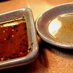 526818 - 左:付けダレ 甘口と辛口が選べます。右:レモンの絞り汁 08/06