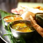 ダバインディア - 野菜スパイス炒め・サンバルカレー・ラッサムスープ(上から)