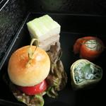 ブルガリ ラ・テラッツァ・ラウンジ - 一の重 ツナとキュウリのサンドイッチ ほうれん草のクレープ サーモンとサワークリーム 国産牛ミニバーガー