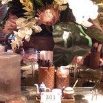 パパイヤリーフ - 六角形のカウンター席には目の前には造花があります。