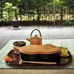 廚菓子くろぎ - わらび餅セットと前庭