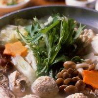 元祖水たきのスープは澄んだコンソメ風に炊き上げております。