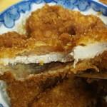 安田屋 - 薄い……( ω-、) が、揚げかたはサクサクで旨い!!  タレは味醂っぽい甘めが強くて苦手なヤツでした……