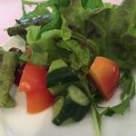 ル・タブリエ - サラダの中にはトマトときゅうり