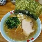 竜家 - ラーメン680円。麺硬め。