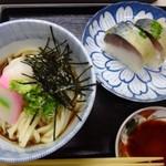 52830066 - ◆冷やしぶっかけと鯖寿しセット(1200円)                       *冷やしぶっかけは、麺は普通だそうですが、出汁がいいお味で好みだったそう。