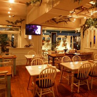 お酒も料理もゆったりと楽しめる、木のぬくもり感じる店内。