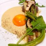 MILLE - 夏鹿のソーセージ、アスパラ、アスパラソバージュ、ガーリックソース卵黄添え