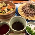 さとすし半 - ランパス阪神版5でワンコイン…平日日替わりランチの日替わり丼は水曜日なので、海鮮あられ丼❗️ 選べる麺はざるそばにしました