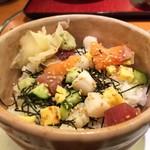 さとすし半 - 日替わりの海鮮あられ丼はこんな感じ…マグロ、サーモン、小柱、玉子、胡瓜が入ってました(=゚ω゚)ノ