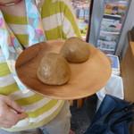 勝月堂 - 温泉饅頭です。1つづつ頂きました。
