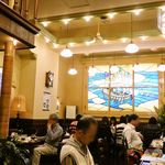文明堂茶館 ル・カフェ - 店内の大きなステンドグラス