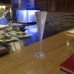 鉄板焼 天 - その後はさっぱりとしたスパークリングワイン900円を注文。ホテル街にあるお店とあって、エロさがにじみ出るデザインです。