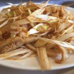 青葉 新館 - メイン料理は牛モツと葱の醤油和え
