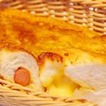 アルティジャーノ - ソーセージやチーズのパンも人気です!