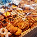 アルティジャーノ - バイキングのパンは種類も多いです。