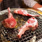 銀座羊屋 はなれ - ラムチョップ、焼いてます。骨ごとかぶりつくワイルド感を楽しんで