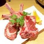 銀座羊屋 はなれ - ラムチョップ(3本¥1588)。ほんのりミルキーな香りも持ち味