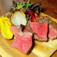 炭火でじっくり塊ごと焼き上げる熟成赤身ステーキ