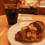 53034994 - アイスコーヒーと甘いパン16.6