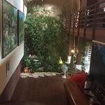 山の茶屋 楽水 - 向こう側の壁は自然の岩そのもの!雨がたくさん降ると大変なことになるそう。。