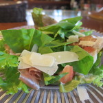 スポーティフ カフェ - 生ハム、パルメザンチーズの盛り合わせアップ