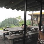 檪の丘 - こっちのウッドテラス席は屋根付きだから、雨でもOKだったのですけれど、室内へ。