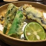 う越貞 - 北海道の大羽鰯とオクラの天ぷら       塩〆して寝かせた大きな鰯をじゅりちゃんのメリリマ(Meririma)の酸化しない米油で揚げてます。