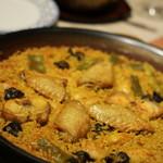 スペイン料理&ワイン パエリア専門店 ミゲルフアニ - 手羽先・ウサギ・エスカルゴ・白いんげん豆・隠元がはいっています