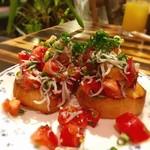 ぶどうの根っこ - ブルスケッタ シラスとトマト 山盛り♡