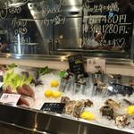 53128827 - 素材市場の魚。