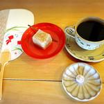 53132757 - ケニア産の珈琲と季節の生菓子800円。